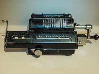 Alte mechanische Rechenmaschine robust und für alle Rechenaufgaben geeignet. Jahrelang von einer Buchhalterin verwendet