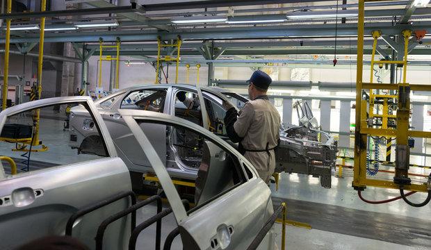 Installation of doors on cars on the conveyor