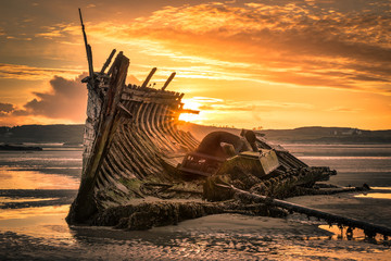 Tuinposter Schipbreuk Old Ship Wreck at Sunset