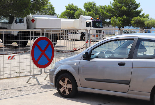 Parking a car in a prohibited place. Road signs and markings. Evacuation of the vehicle. Violation of the rules of the road. Ban stop and block the passage. Evacuation of the intruder. Road traffic