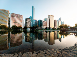 Photo sur Aluminium Abou Dabi Abu Dhabi downtown reflected in the water at the Lake park