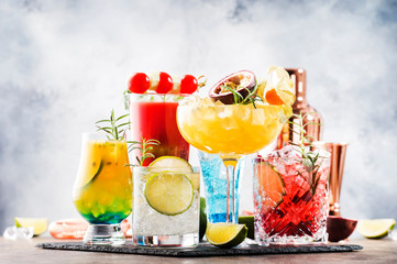 Fototapeta Selection of summer alcoholic cocktails, popular bright refreshing alcohol drinks and beverages obraz