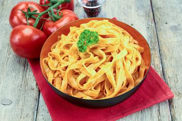 plat de tagliatelles à la tomate