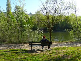 Eine Mittagspause auf einer Parkbank am Flußufer, bringt Entspannung und neue Kräfte.