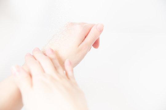 洗面所でハンドソープ・石鹸を使って手洗いする。感染予防対策。