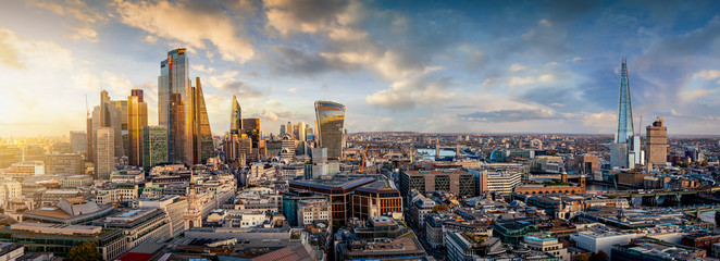 Poster London Sonnenuntergang hinter den modernen Wolkenkratzern der Skyline von London, Großbritannien