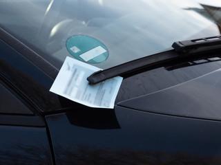 Strafzettel Auto steht im Parkverbotin der Stadt