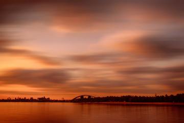 In de dag Rood traf. Sunset over Dnipro