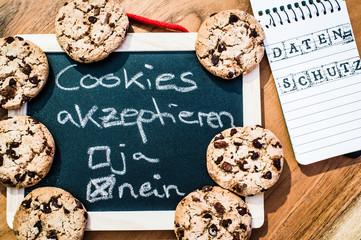 Cookies mit einem Tablet zur Verdeutlichung von Cookie Bannern für Websites mit auf deutsch Cookies akzeptieren ja nein Datenschutz in englisch Cookies acceepted yes no Privacy