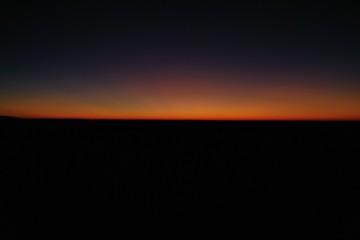 Sonnenuntergang knapp unter Horizont Orange schwarz