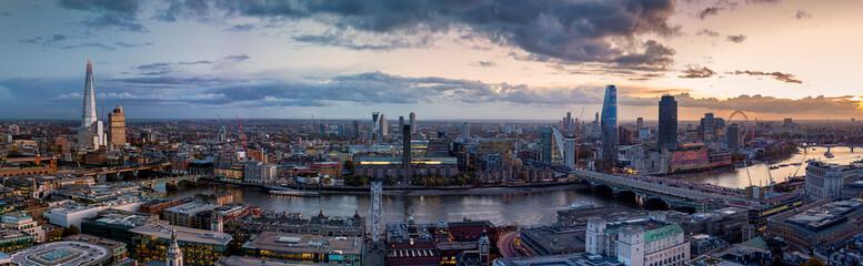 Fotomurales - Panorama der beleuchteten Skyline von London, Großbritannien am Abend: von der London Bridge entlang der Themse bis nach Westminster
