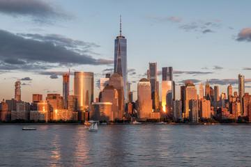 Fototapeta SEA BY MODERN BUILDINGS AGAINST SKY IN CITY