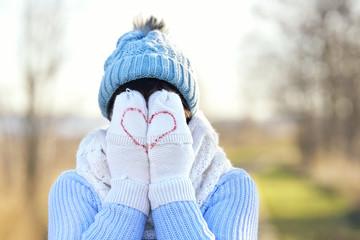 Frau mit Handschuhen mit Herz