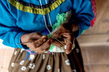 manos bordando