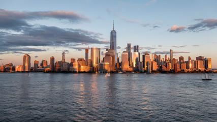 Fotobehang Amerikaanse Plekken SEA AND BUILDINGS IN CITY AGAINST CLOUDY SKY