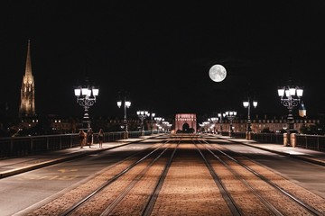 Fotomurales - Tramway On Illuminated Pont De Pierre In City At Night