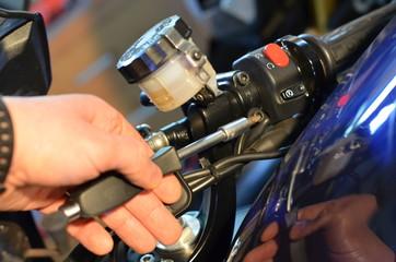 Fototapeta naprawa motocykli ,mechanika pojazdów , mechanik motocykli , usługi mechaniki , motocykle naprawa , mechanik  , naprawa silników , mechanika , naprawy motorów ,motocykle usługi ,motomechanika obraz