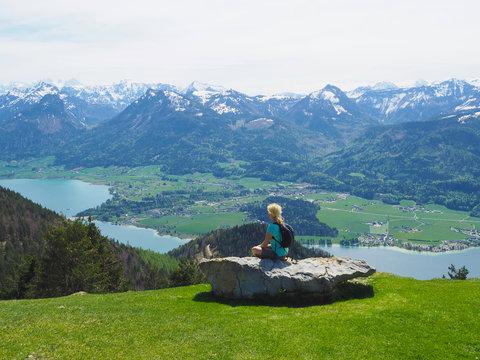 Salzkammergut - Frau genießt den Blick über den Wolfgangsee