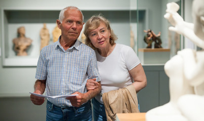 Male and female pensioners visiting museum Fototapete