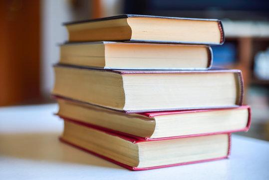 Libri chiusi ed aperti su tavolo