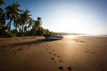 Sonnenaufgang am Strand von Bahia Solano Jurado, Kolumbien mit Palmen und Meer