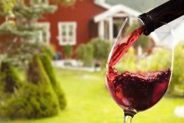 In de dag Hoogte schaal Red wine and glass on outdoor background