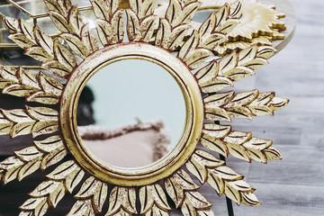 Miroir rond avec tour en métal doré