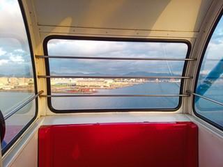 海沿いの観覧車の写真