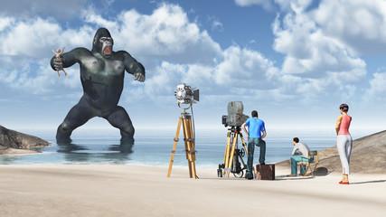 Riesiger Gorilla mit Frau in seiner Hand und Filmstab