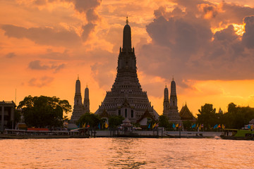 Wall Mural - Wat arun in sunset at Bangkok,Thailand with best view point.