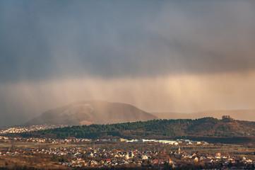 Archaische Szene mit Regenschauer vor Kulisse schwäbische Alb