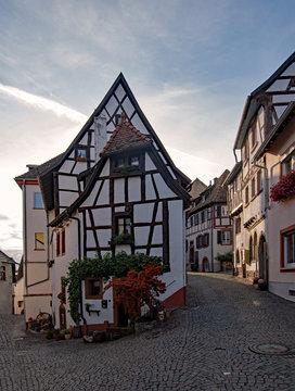 Straße in der Altstadt von Neuleiningen in Rheinland-Pfalz, Deutschland