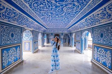Woman posing at City Palace , Jaipur, Rajasthan, India Fototapete