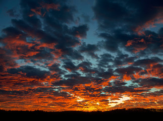 Dramatischer Sonnenuntergang bei starker Bewölkung