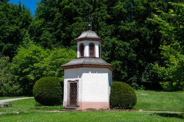 Hammerkapelle im Villinger Kurgarten im Schwarzwald / Deutschland