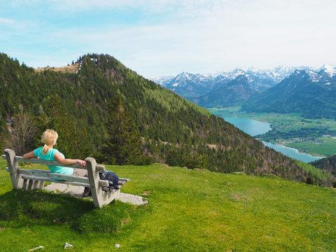 Salzkammergut - Frau auf der Bank in den Bergen