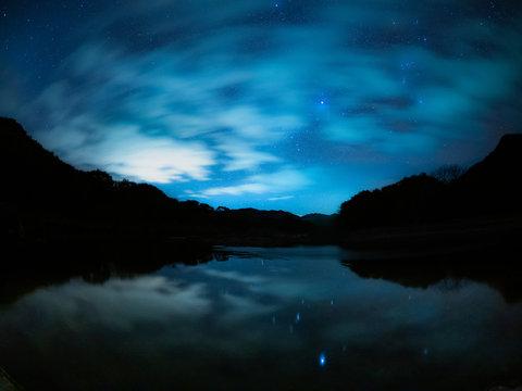 雲間の冬の星空