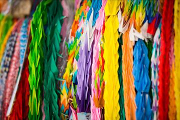 Zelfklevend Fotobehang Paradijsvogel Colorful Paper Cranes Arranged For Sale