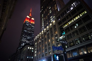 Fotomurales - Low Angle View Of Illuminated Empire State Building In City At Dusk