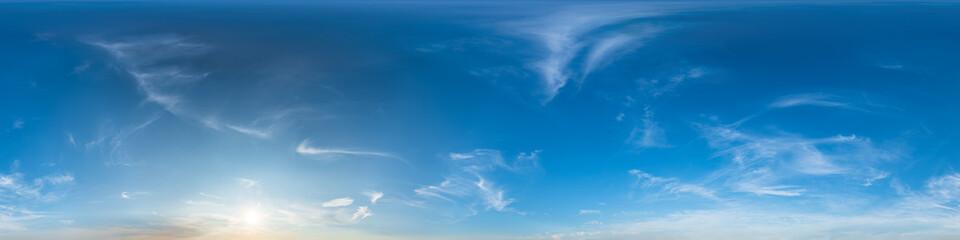 Nahtloses Panorama mit blauem Himmel 360-Grad-Ansicht mit schönen Wolken mit Zenit zur Verwendung in 3D-Grafiken als Himmelskuppel oder zur Nachbearbeitung von Drohnenaufnahmen