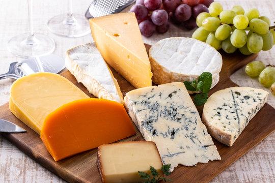 チーズの盛り合わせと葡萄