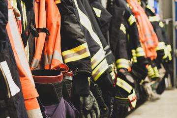 Feuerwehr Jacken Helm Pumpe Schlauch Freiwillige Feuerwehr Atemschutzüberwachung AGT Strahlrohr Feuerwehrauto