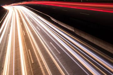 Deutsche Autobahn mit Verkehr bei Nacht