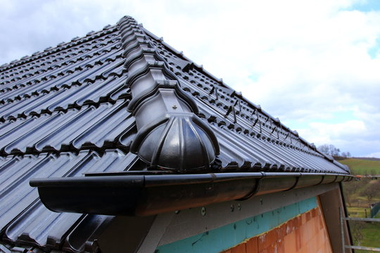 The roof covering with black - detail of eaves
