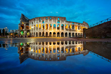 Roman Coliseum mirrored in the water in the blue hour Fototapete
