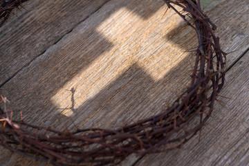 Dornenkrone und das Kreuz