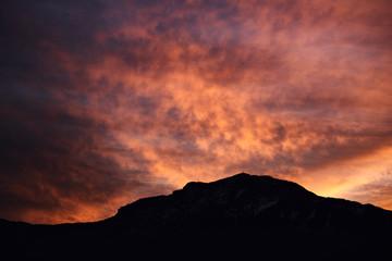 Foto auf AluDibond Koralle sunset in mountains