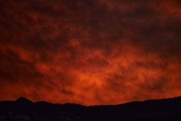 Türaufkleber Violett rot sunset in mountains