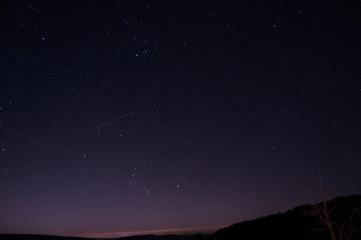 Photo des étoiles dans le ciel. cette photo à été réalisée dans mon jardin le soir.