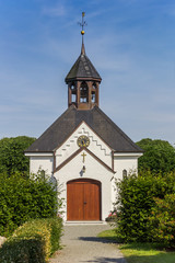 Fotomurales - Front of the white chapel in Holm village in Schleswig, Germany